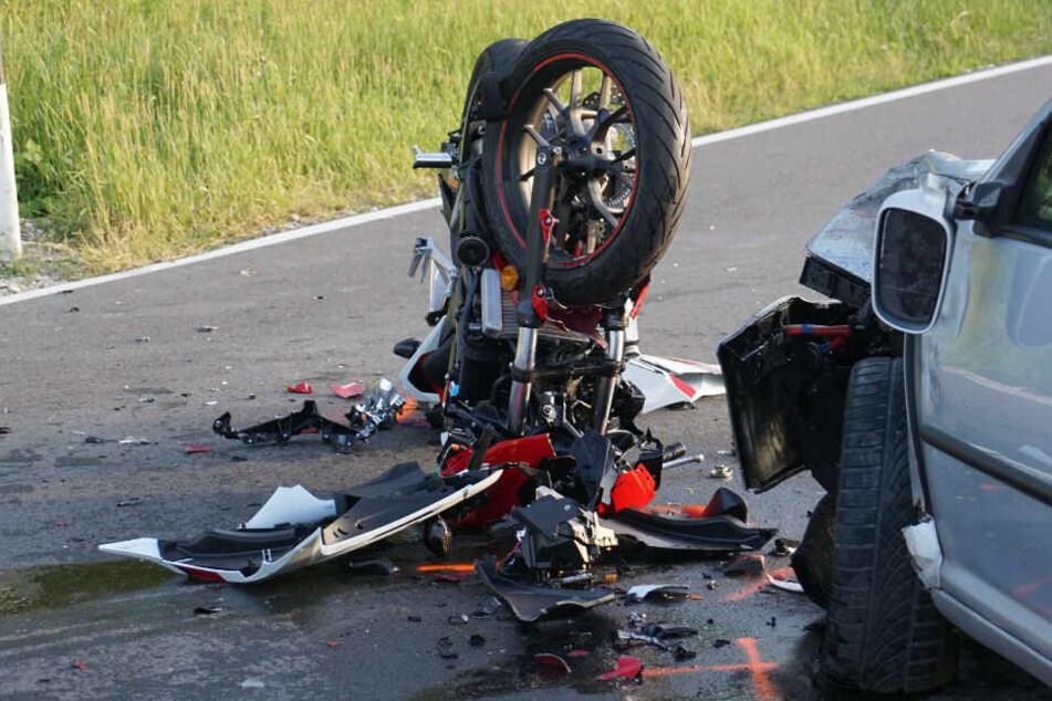 Auto nimmt Motorrad die Vorfahrt: Fahrer schwer verletzt