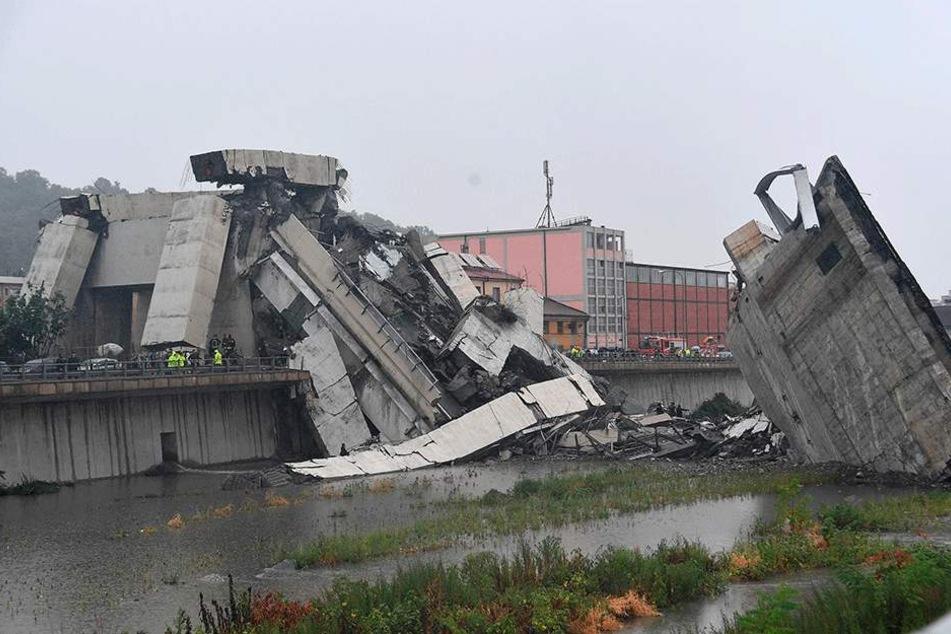 Blick auf die Trümmer der eingestürzten Morandi Autobahnbrücke.