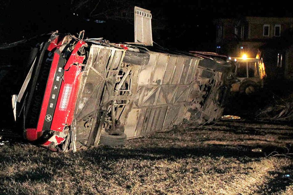 Bus kommt von Fahrbahn ab und stürzt um: 14 Tote, 30 Verletzte!
