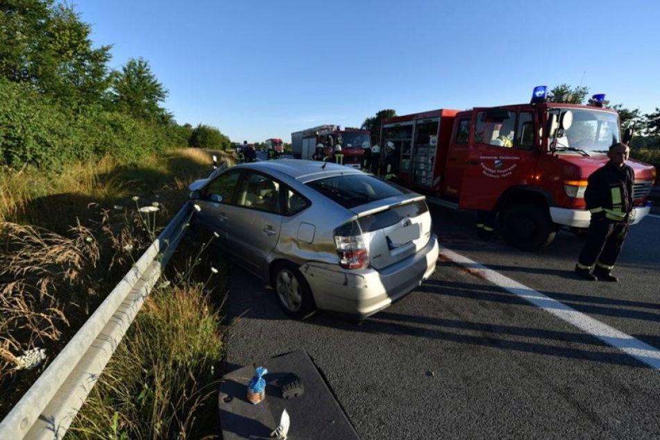 Drei Verletzte! Toyota kracht auf A4 in Holzlaster und Leitplanke