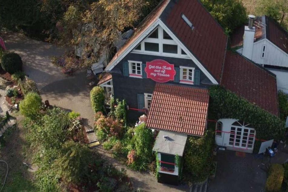 Und so sieht das GTFOOMH-Haus von außen aus. Ganz niedlich, müssten dort nicht 100 Personen miteinander leben.