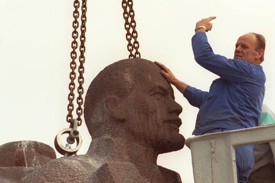 So wurde der Lenin-Kopf am Wiener Platz im Jahr 1992 abtransportiert.