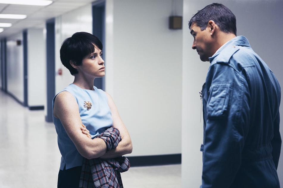 Neils Frau Janet Armstrong (Claire Foy) im Gespräch mit Deke Slayton (Kyle Chandler).