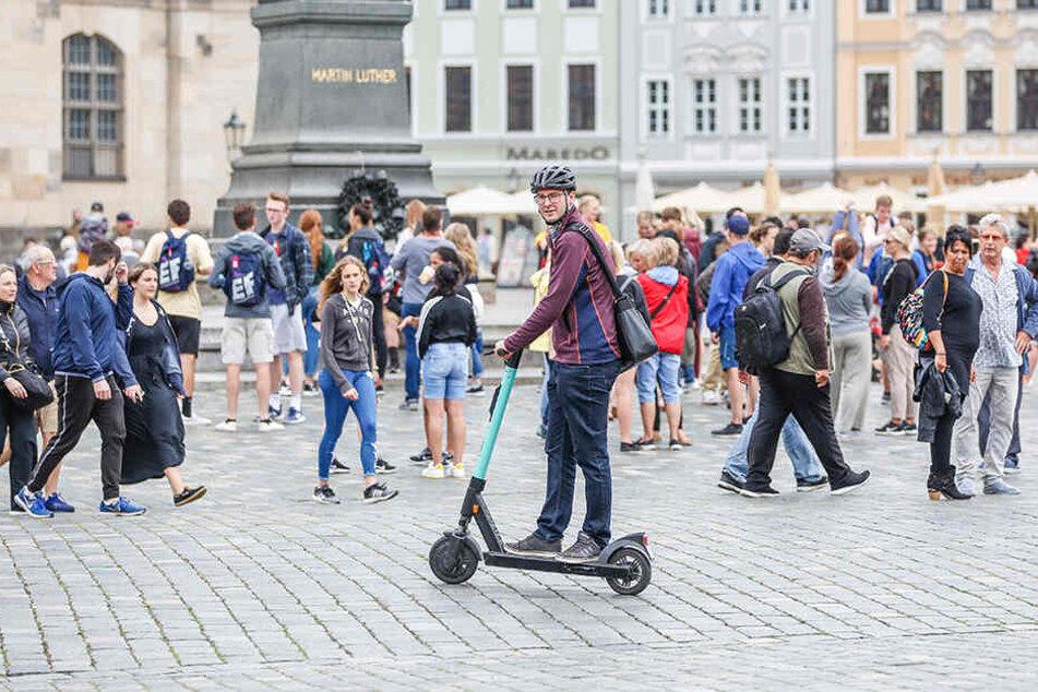 Mit dem E-Roller durch Dresden: TAG24-Reporter Hermann Tydecks (36) hat's getestet. Das Pflaster auf dem Neumarkt ist etwas holprig, aber kein Problem.