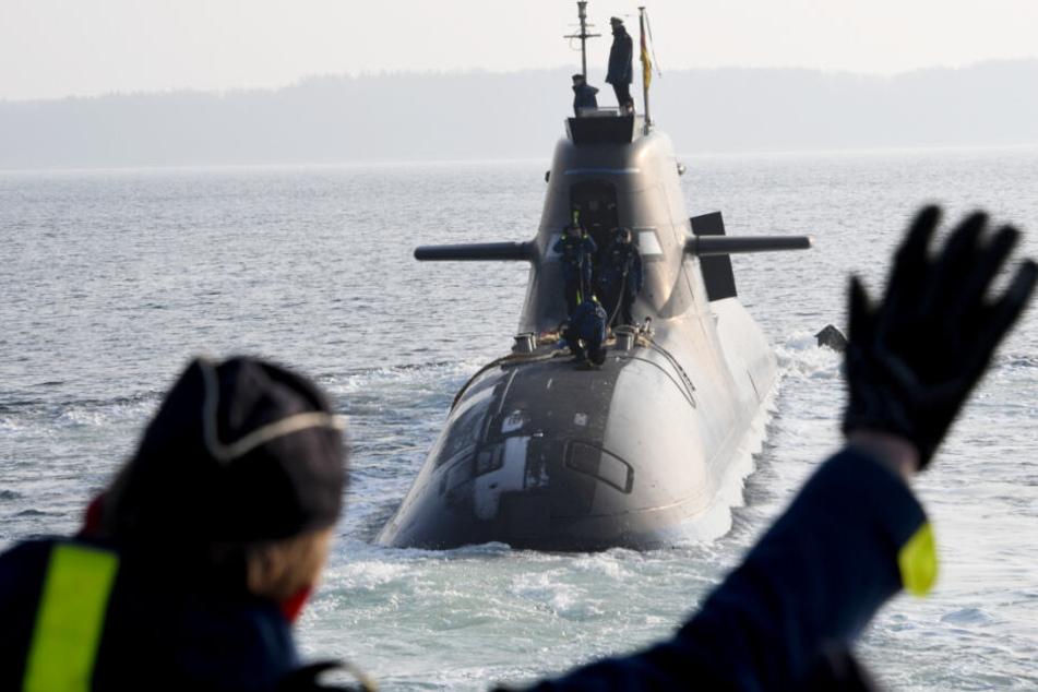 Im Januar lief das Boot U36 zum mehrmonatigen Einsatz aus. Marine-Soldaten winkten zum Abschied.