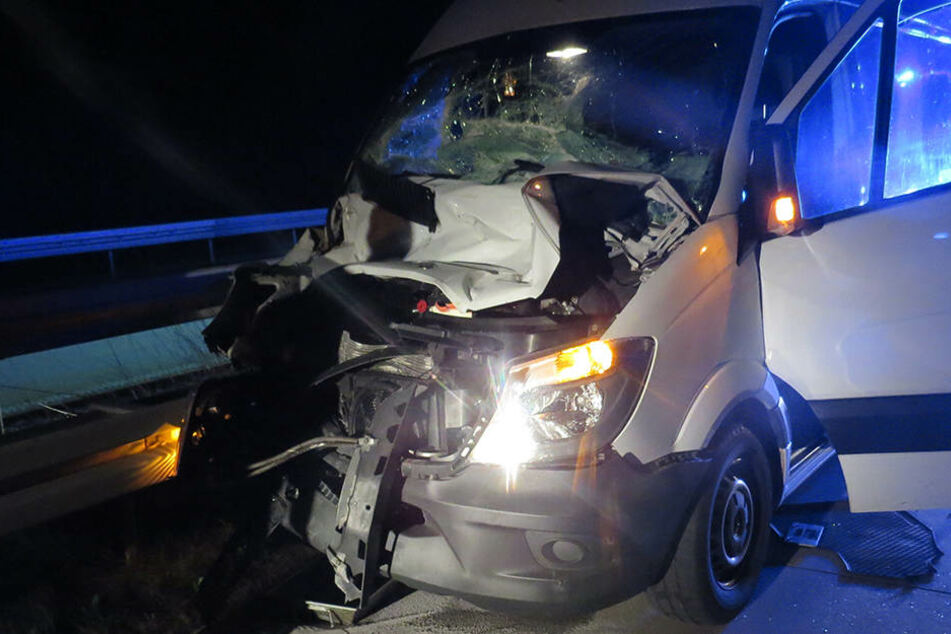 Sekundenschlaf! Mann schläft auf Autobahn ein und baut schlimmen Unfall