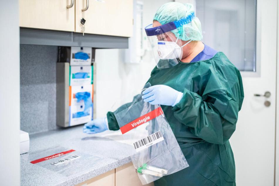 Inzwischen müssen die Krankenhäuser mit Schutzkleidung gut haushalten.