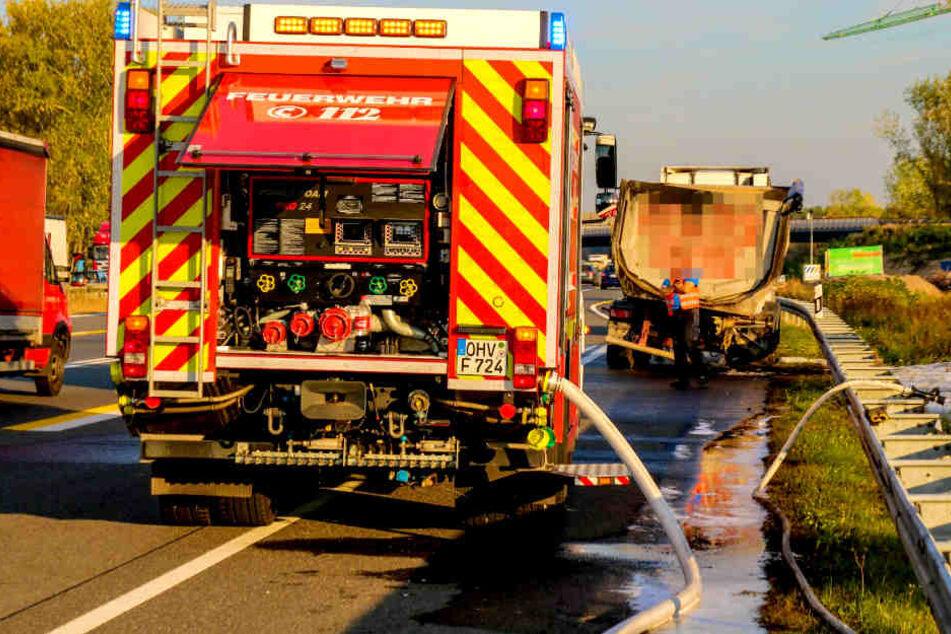 Reifen geplatzt! Lkw fängt Feuer und legt A10 lahm