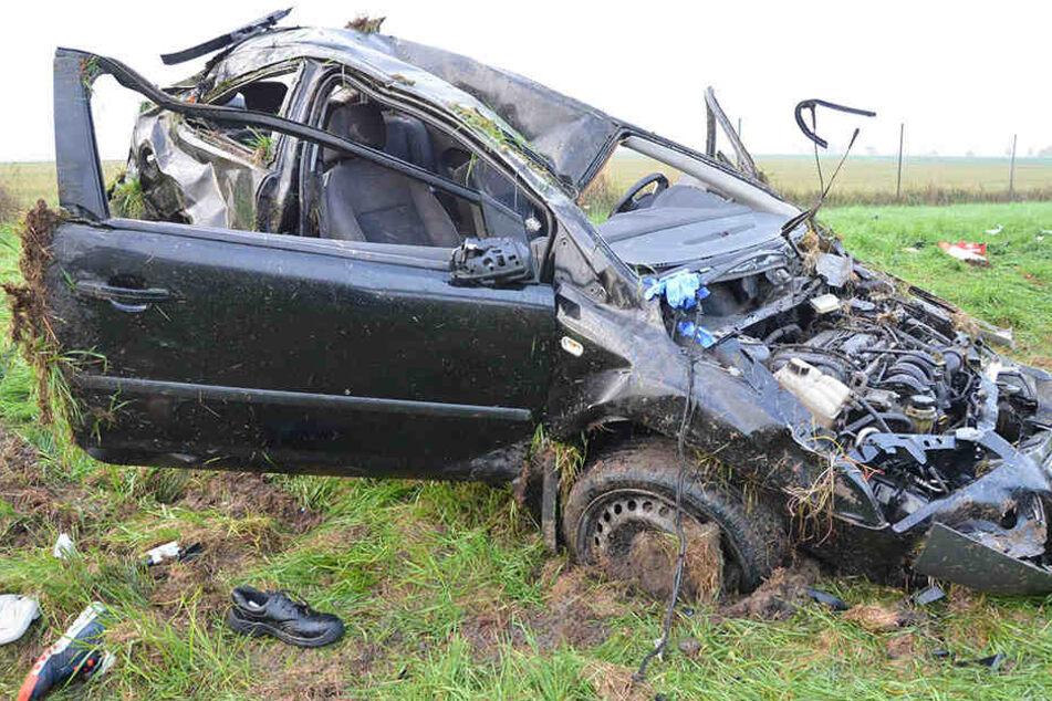 Die drei Insassen des völlig zerstörten PKWs mussten schwerverletzt ins Krankenhaus.