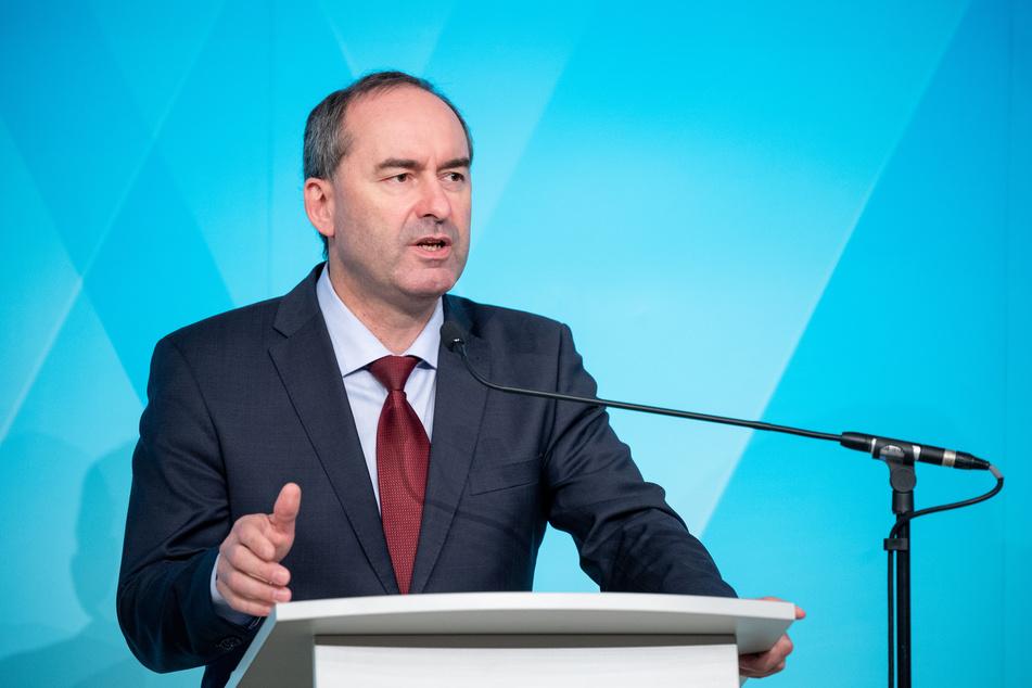 Bayerns Wirtschaftsminister Hubert Aiwanger fordert in der Corona-Strategie einen konkreten Fahrplan für Lockerungen.