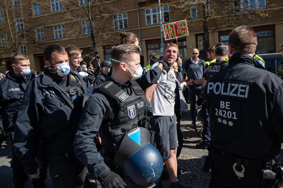 In Berlin-Mitte haben sichVmehrere Hundert Menschen an einer unerlaubten Demonstration beteiligt.