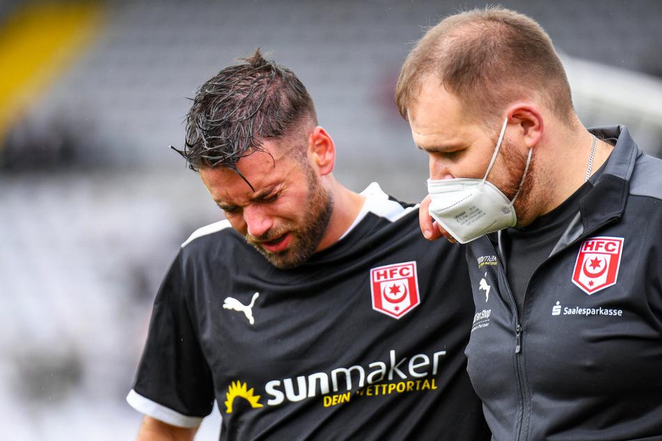 HFC-Verteidiger Niklas Kreuzer (28, l.) musste unter Tränen humpelnd und vom Betreuer gestützt ausgewechselt werden.