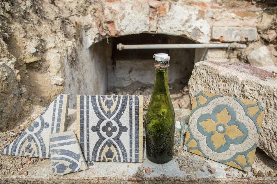 Fundstücke: historische Fliesen und uralte Flaschen.
