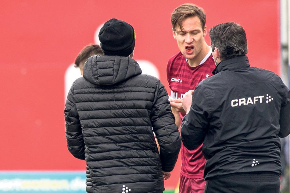 Beim Spiel in Lotte bekam Tim Knipping (28) einen Schlag ins Gesicht, spuckte danach Blut.