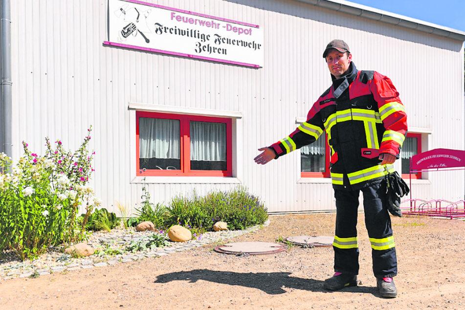 Feuerwehrmann Björn Otto (32) zeigt, wo sein Moped zuletzt stand.