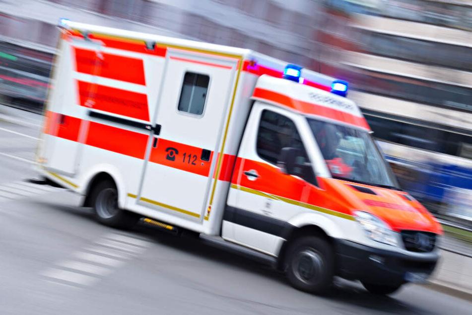 Ein Rettungswagen brachte die Verletzten ins Krankenhaus. (Symbolbild)