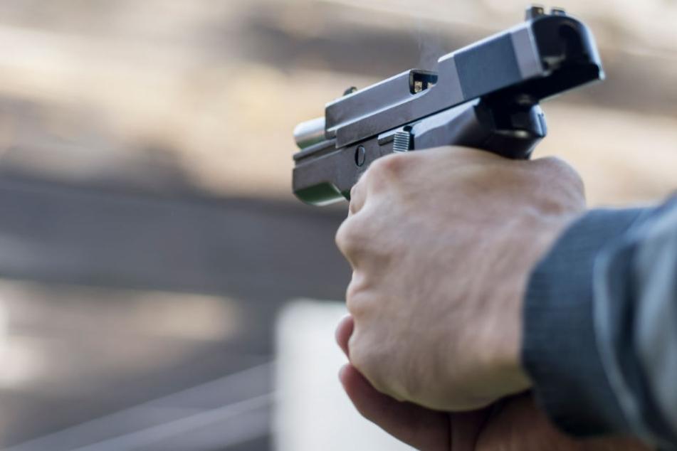 Der besoffene 50-Jährige richtete die Waffe auf die spielenden Mädchen. (Symbolbild)