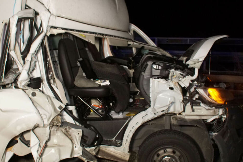 Gut zu sehen: die schweren Schäden am Transporter.