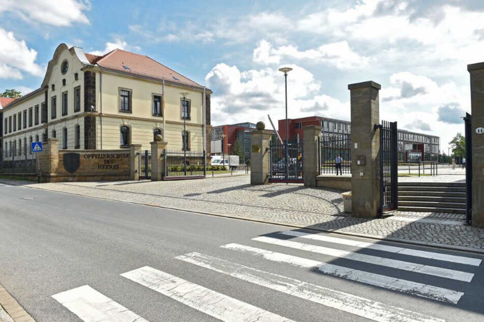 Runtergelassene Hosen zur Nationalhymne: Seltsame Sitten hinter den Kasernenmauern