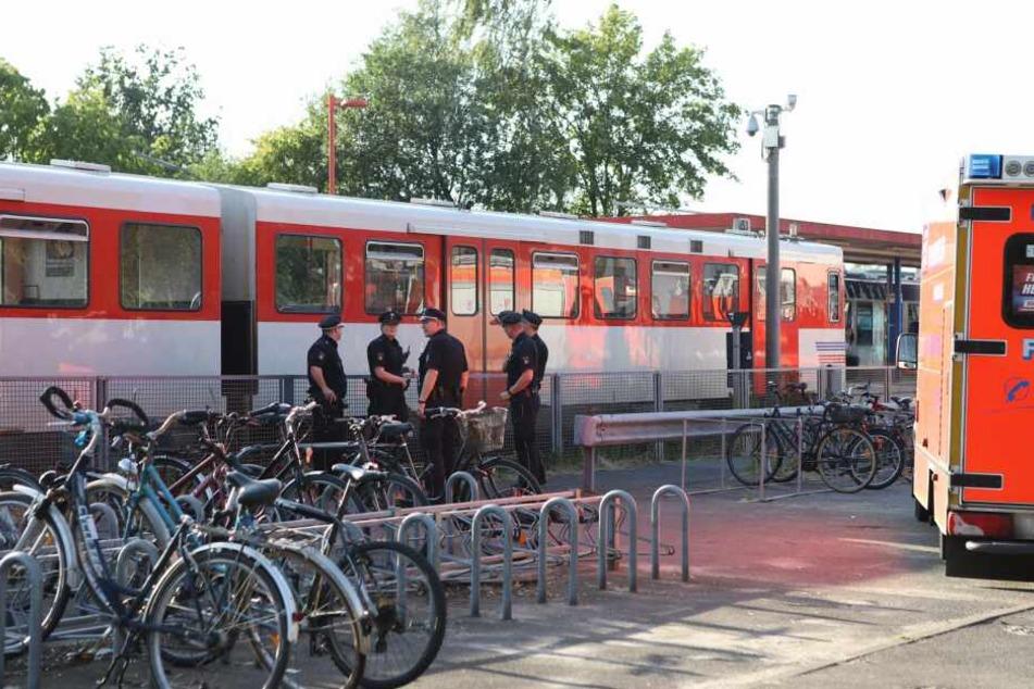 Polizisten stehen am Einsatzort in Hamburg-Schnelsen.