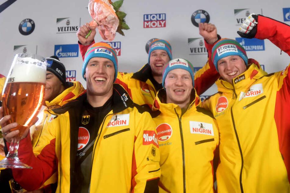 Das Team aus Deutschland mit Candy Bauer (l-r), Francesco Friedrich, Thorsten Margis und Alexander Schueller freut sich über den ersten Platz.