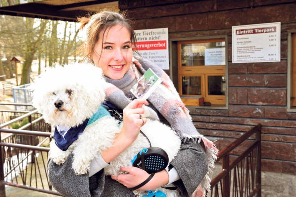 Er muss jetzt Eintritt zahlen: Hund Teddy braucht seit kurzem ein eigenes Ticket im Tierpark Hirschfeld.