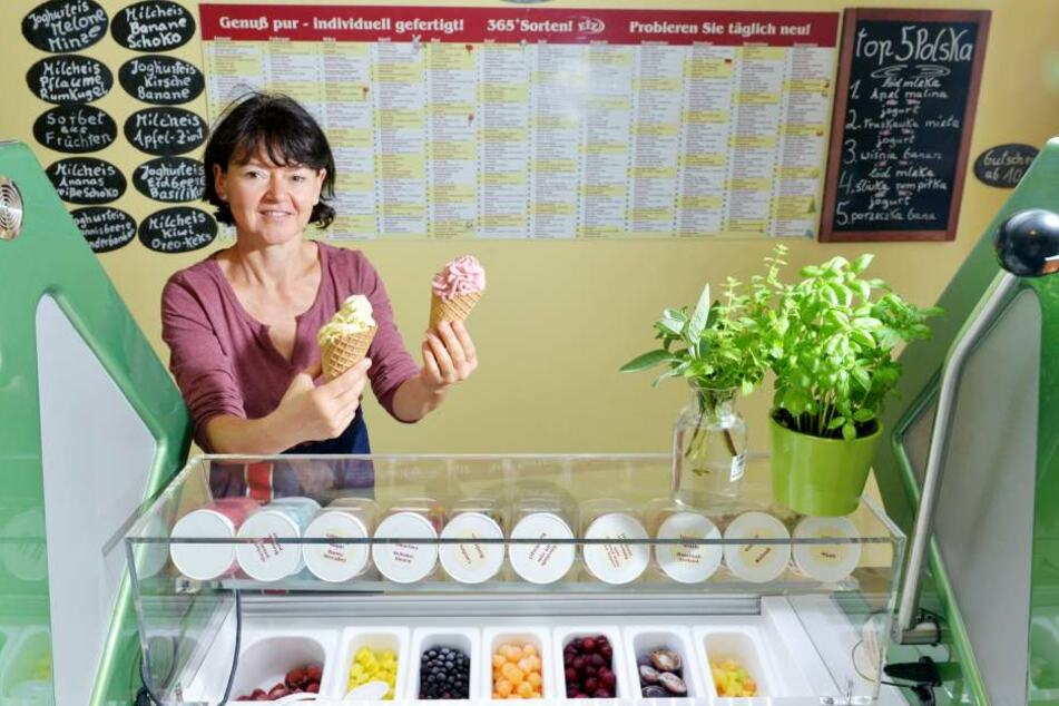 Eierschecke-Eis gibt es nur in Stolpen, charmant serviert von Evelyn Decker.