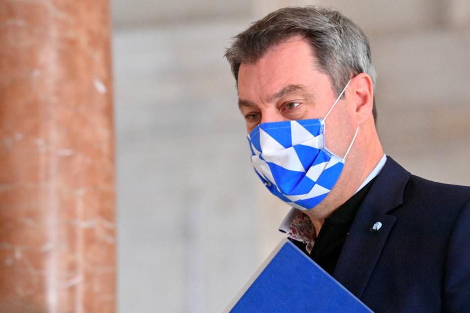 Markus Söder (53, CSU), Ministerpräsident von Bayern, trägt zu Beginn der Kabinettssitzung in der Bayerischen Staatskanzlei eine Maske in den bayerischen Landesfarben.
