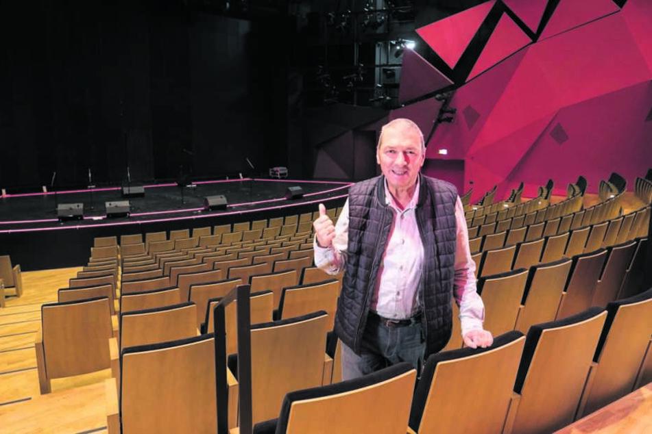 Operetten-Intendant Wolfgang Schaller (65) zeigte Anfang November den beschädigten Bühnenraum im Saal des Theaters.