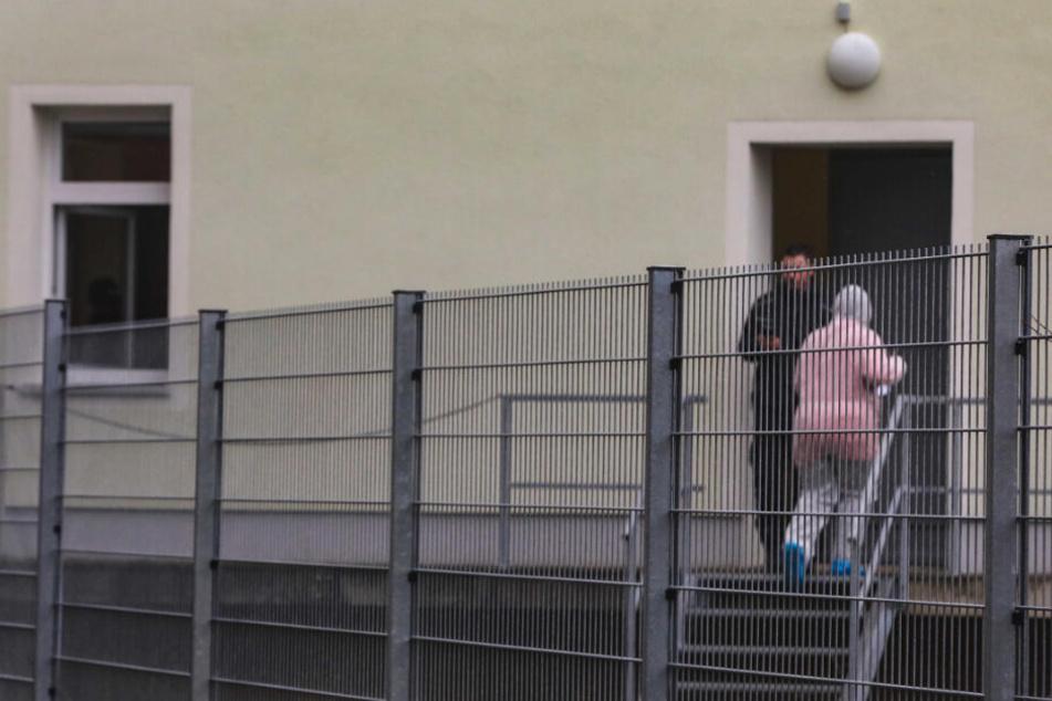 Eine Mitarbeiterin des Landratsamtes betritt mit Schutzkleidung das Nebengebäude.