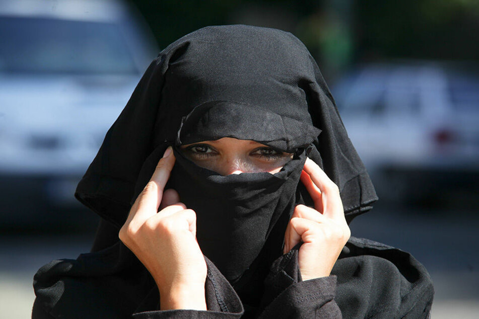 Die Zehnklässlerin kommt seit drei Jahren mit einem Niqab zur Schule (Symbolbild).