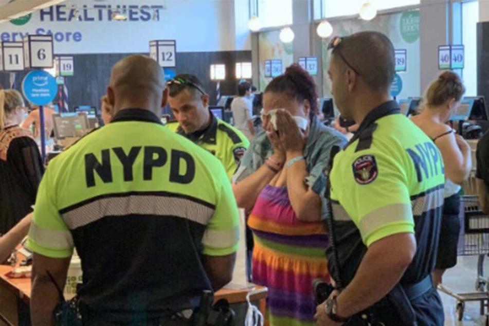 Starke Geste: Die Polizisten bezahlten die Rechnung der hungrigen Frau, die daraufhin ins Schluchzen kam.