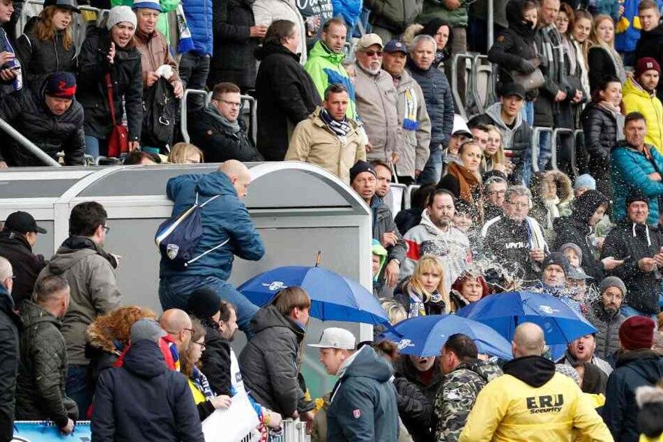 Jena-Fans stürmen nach Spielende den Innenraum.
