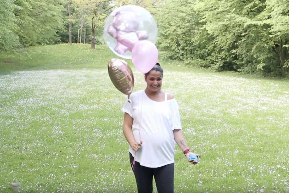 Am Ende des Videos führt sie ihre Fans mit rosa Ballons in die Irre, doch dann schießt blaues Pulver durchs Bild.