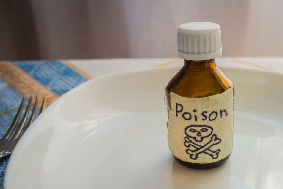 Ein Fläschchen mit einer pulvrigen Substanz fanden die Ermittler in der Tasche des Tatverdächtigen. (Symbolbild)