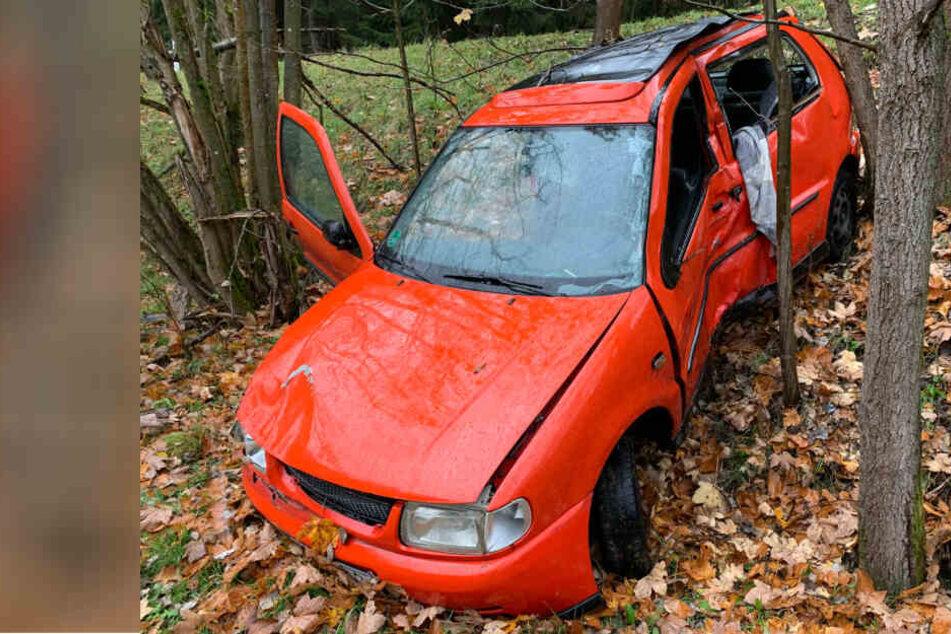 Fahranfängerin verliert Kontrolle über Auto und fährt 10-Meter-Abhang hinunter