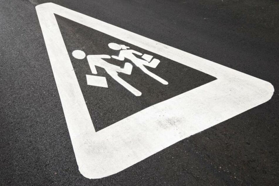 Ein Mädchen wurde auf dem Schulweg von einem Auto angefahren. Der Fahrer flüchtete. (Symbolbild)
