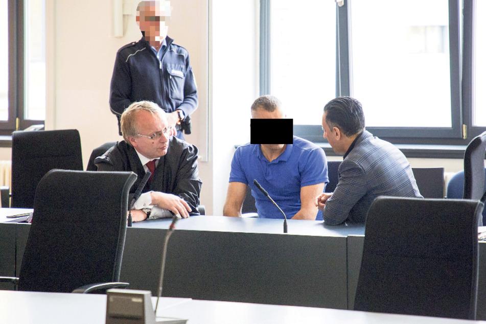 Akbar A. (27, M.) im Gespräch mit seinem Anwalt Ulf Israel (l.) und dem Dolmetscher.