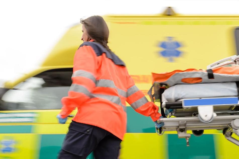 Rettungskräfte mussten die Schwerverletzen in umliegende Krankenhäuser bringen (Symbolfoto).