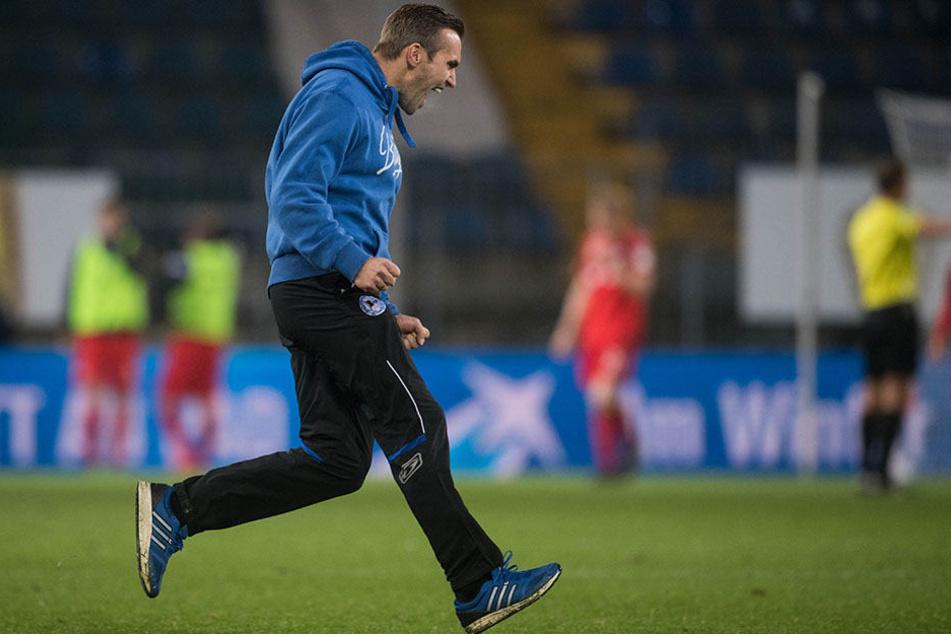 Nicht nur die Spieler, auch Interimstrainer Carsten Rump freute sich über den späten Führungstreffer.