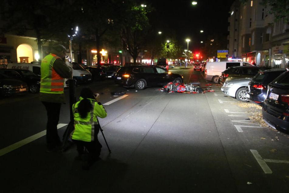 Polizisten dokumentieren die Unfallstelle.