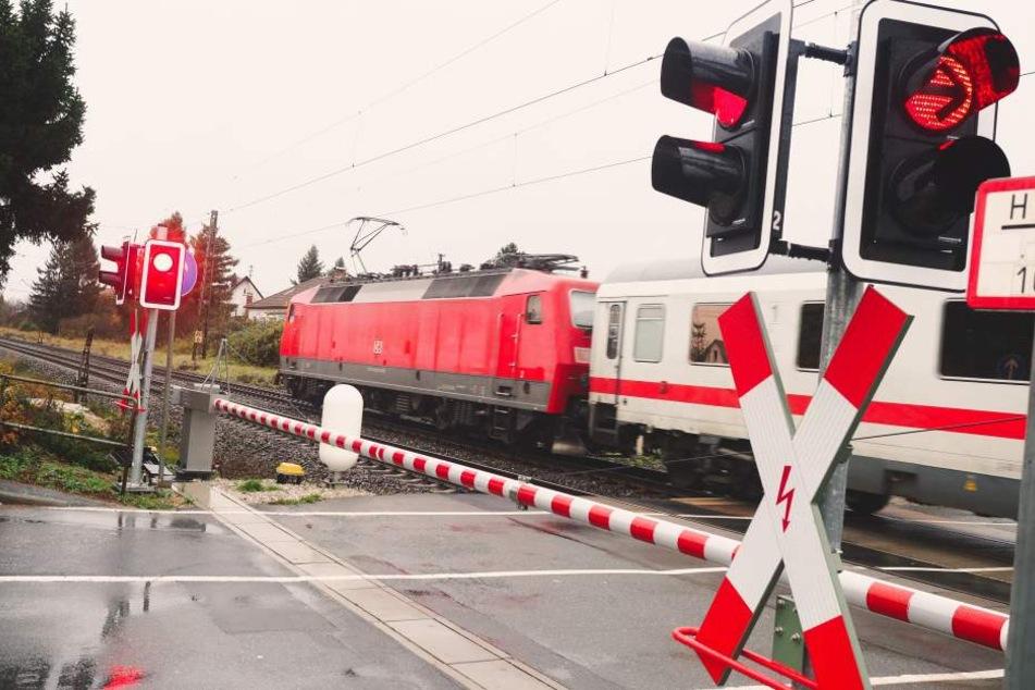 Frau überquert Gleise bei geschlossener Schranke und wird vom Zug erfasst