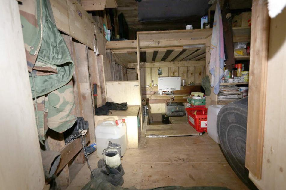 Das Foto zeigt eine Erdbehausung in einem Steinbruch im Landkreis Lichtenfels. Ein Mann hatte dort mit seinen beiden minderjährigen Kindern gewohnt.