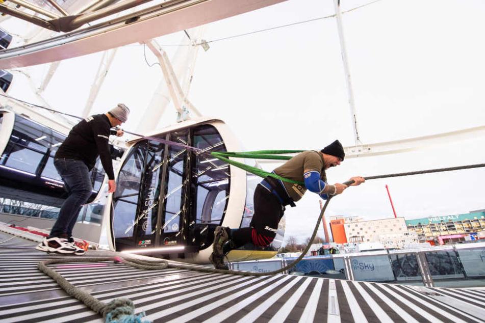 Franz Müllner, Kraftsportler, zieht bei einem Weltrekordversuch das Hi-Sky Riesenrad in München.