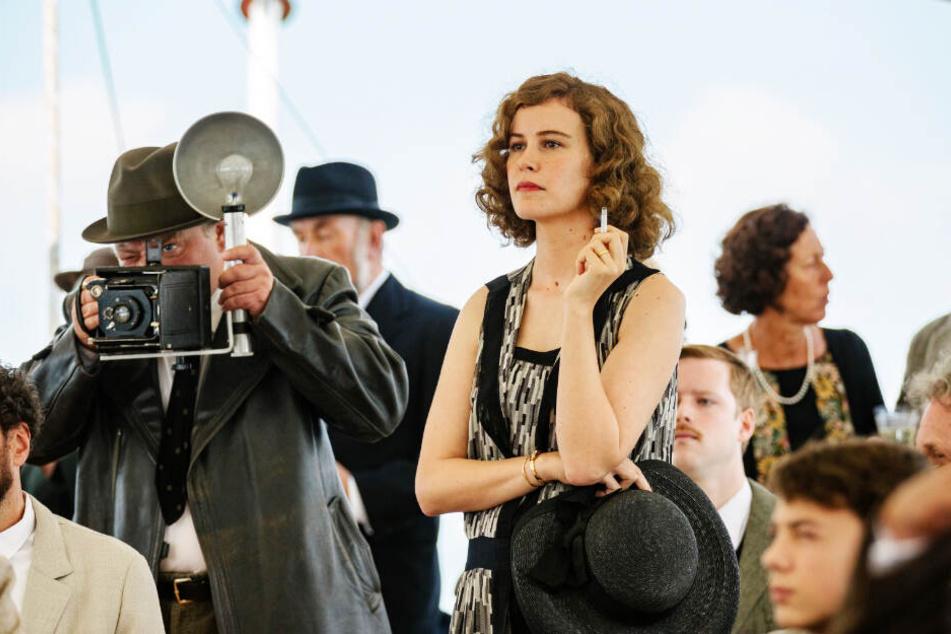 Dorothea (Carla Juri) steht ihrem Mann bei.