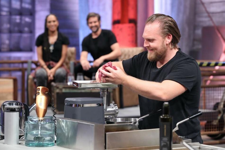Axel Stein bereitet seinen Pfannkuchen mit Hack vor.