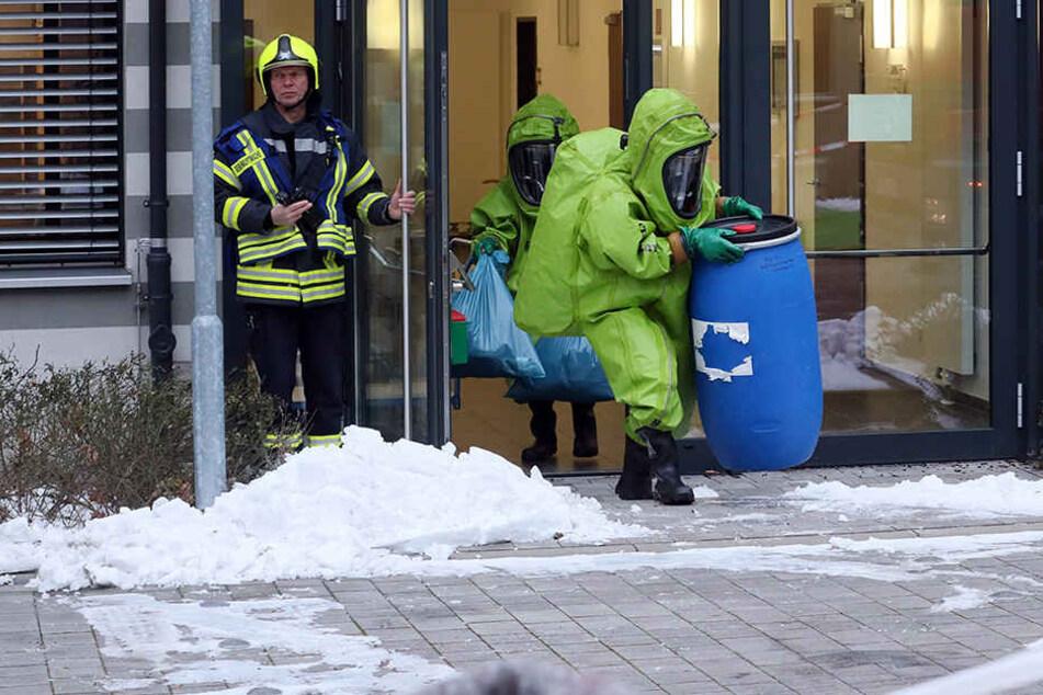 Die Substanz wurde in einem gesicherten Behälter aus dem Justizzentrum in Gera gebracht.
