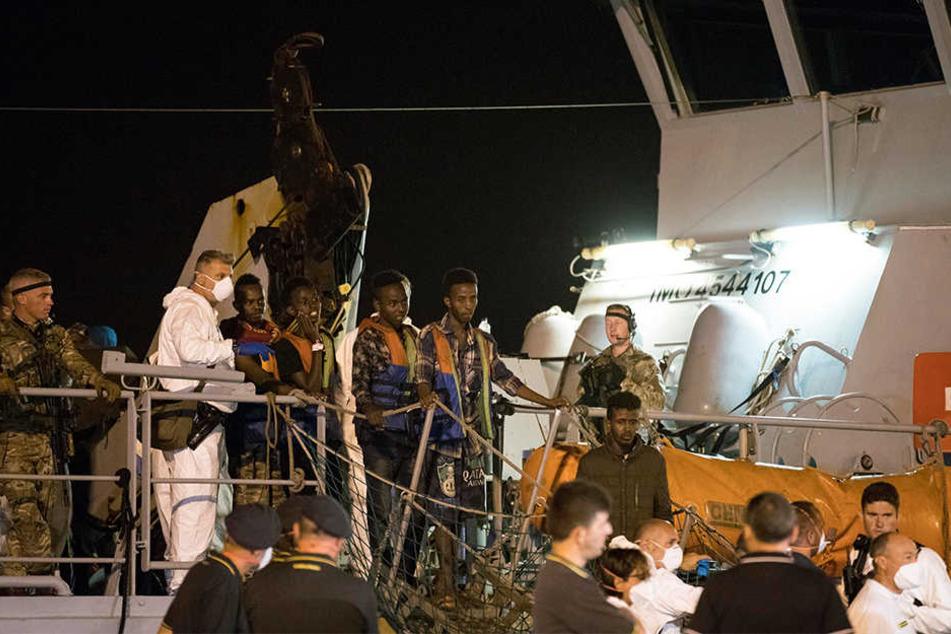 """Migranten gehen im Juli 2018 von Bord des Frontex-Schiffes """"Protector""""."""