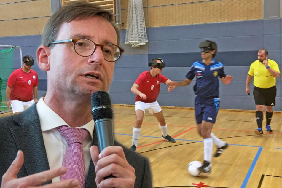 """Unter anderem Sachsens Sportminister Roland Wöller (48, CDU, l.) hat dem Leipziger Fußballverein den silbernen """"Stern des Sports"""" übergeben."""