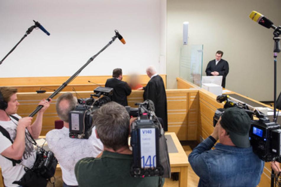 Im Prozess um den Mann, der seine Ex-Frau an ein Auto band und hinter sich herzog, ist das Urteil gefallen.